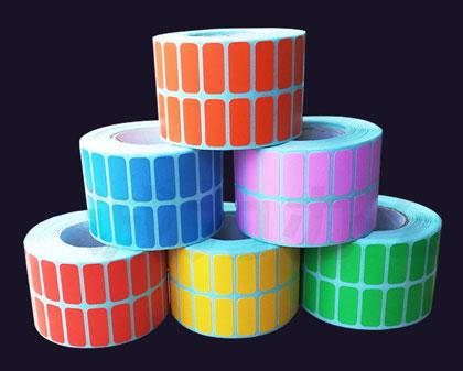 этикетки разных цветов в два ряда на ленте